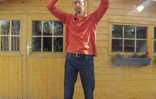 Qigong - Acht stukken Brocade; oefening 1: Twee handen houden de hemel omhoog