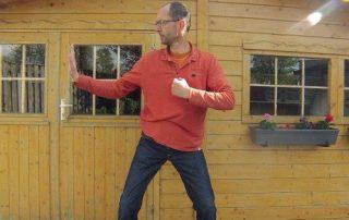 Qigong - Acht stukken Brocade; oefening 2: Span de boog en schiet de havik